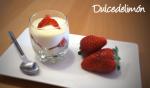 Vasito de quark al chocolate blanco con fresas
