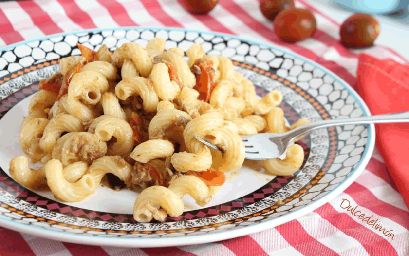 Pasta con atun tomate y olivas