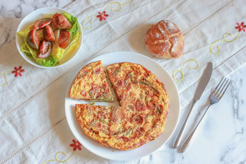 Tortilla de tomatitos cherry espárragos trigueros y salmón