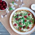 Pizza piadina de cerezas, feta y rúcula